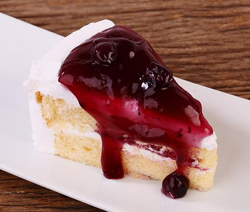 Image Tort Mărțișor cu frișcă și dulceață din fructe roșii