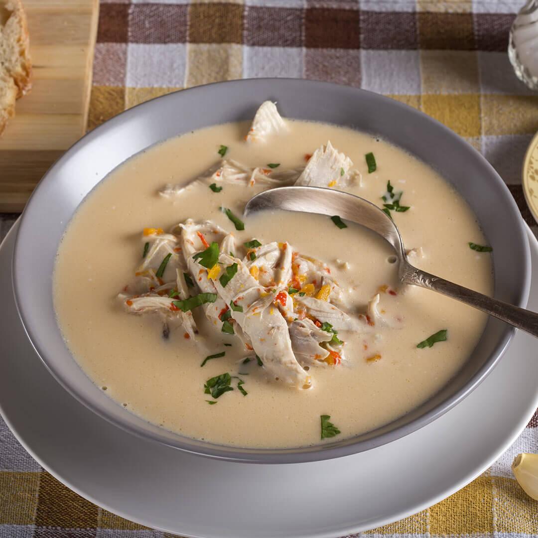 Image Ciorbă rădăuțeană cu usturoi și smântână, servită cu pâine de casă