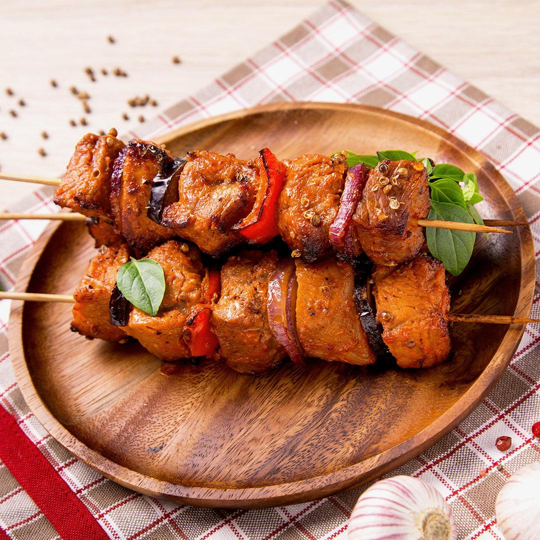 Image Kebab de pui, frigărui orientale servite cu lipii de casă
