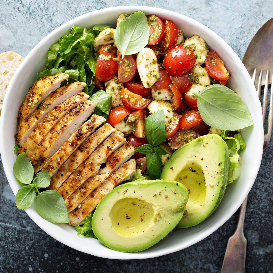 Image Salată de pui cu avocado și roșii