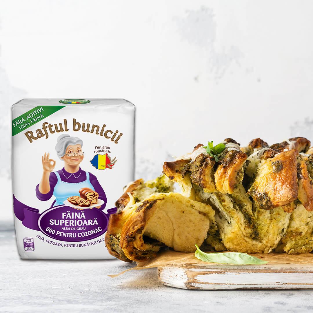 Image Pâine pull-apart cu brânzeturi, sos pesto și busuioc