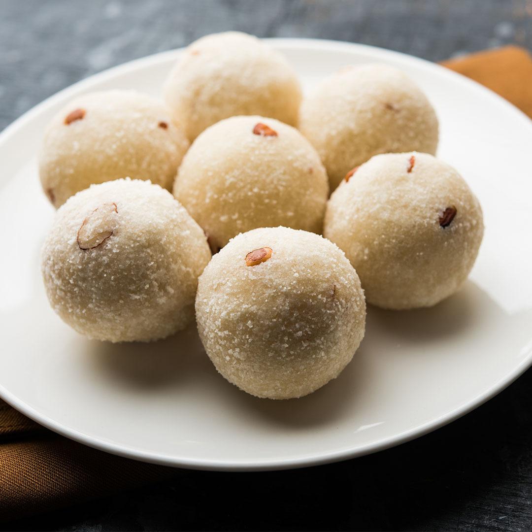 Image Rava ladoo, bomboane indiene din griș cu nuci caju