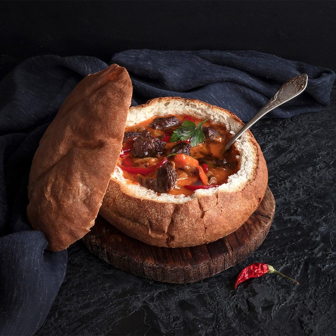 Image Gulaș în cuib de pâine